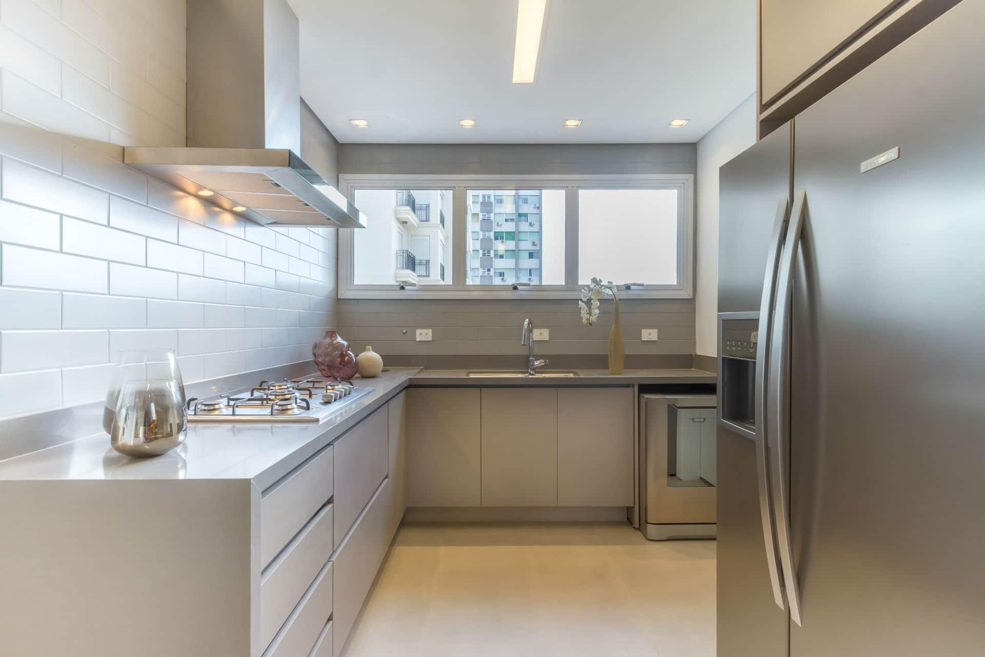 Cozinha: apostar em tons parecidos nos armários e nos revestimentos deixa ambiente harmonioso