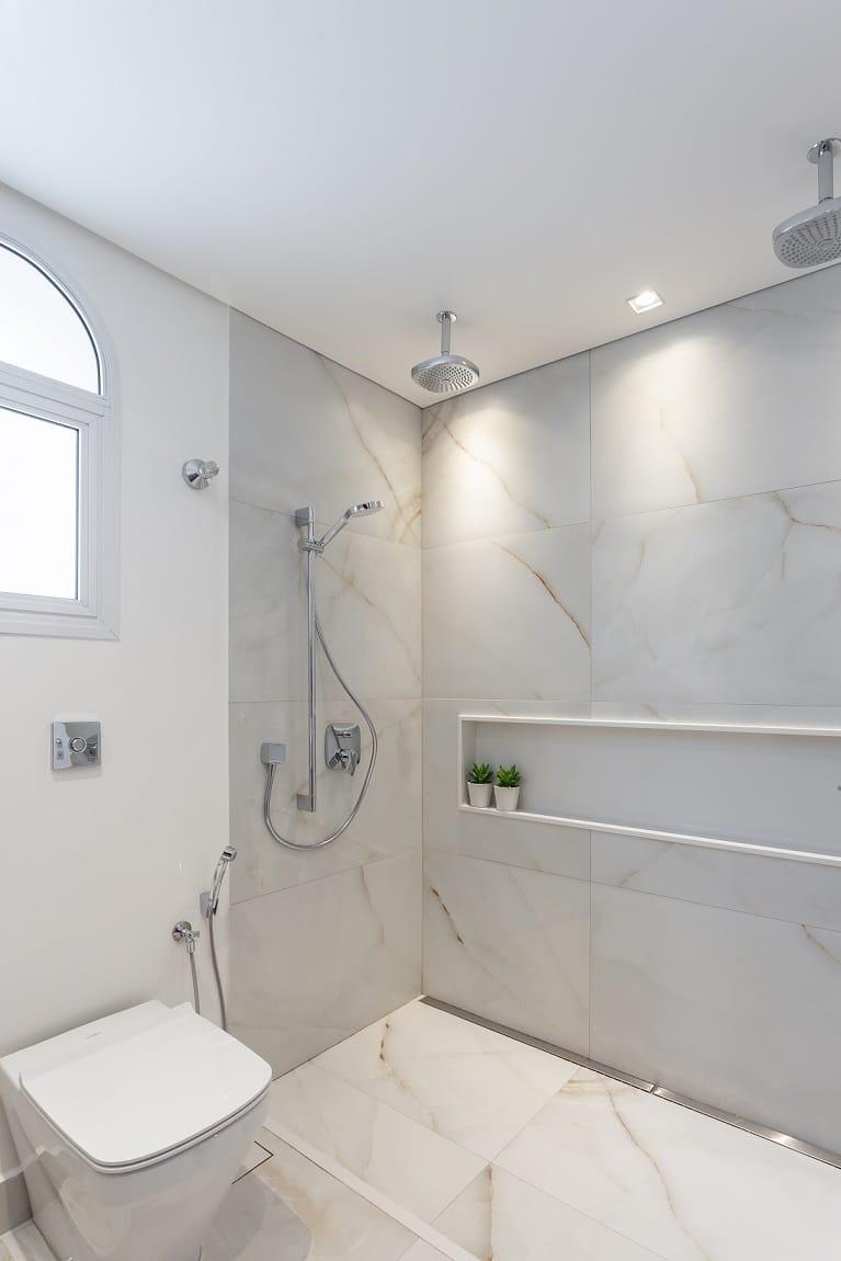 Antes & Depois: confira a transformação do banheiro neste apartamento reformado no Itaim