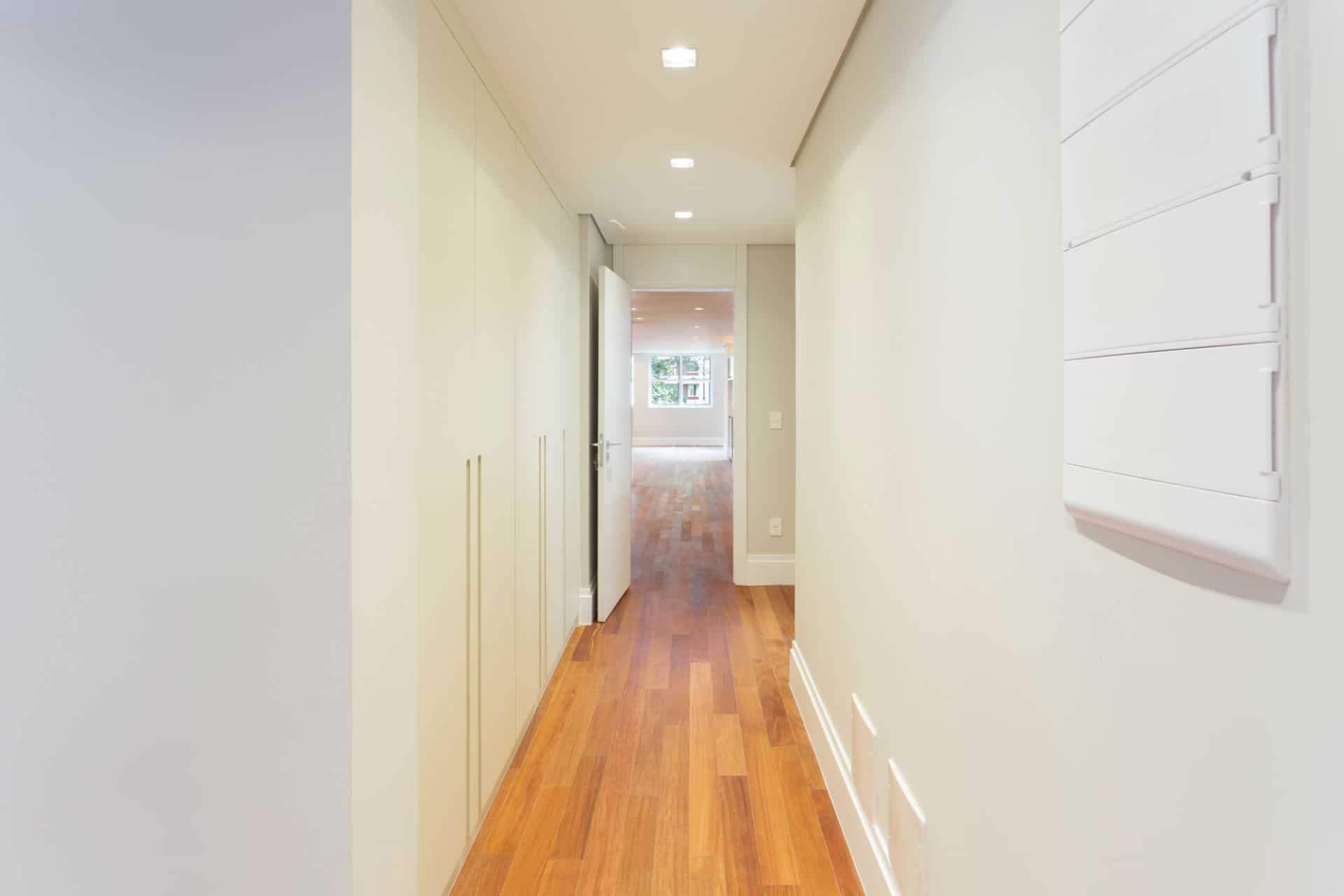 Rouparia no corredor: aproveitamento de espaço e mais charme para ambiente