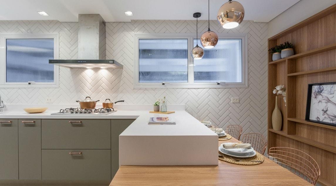 Bancada da cozinha deve combinar ou contrastar com a tonalidade dos armários?