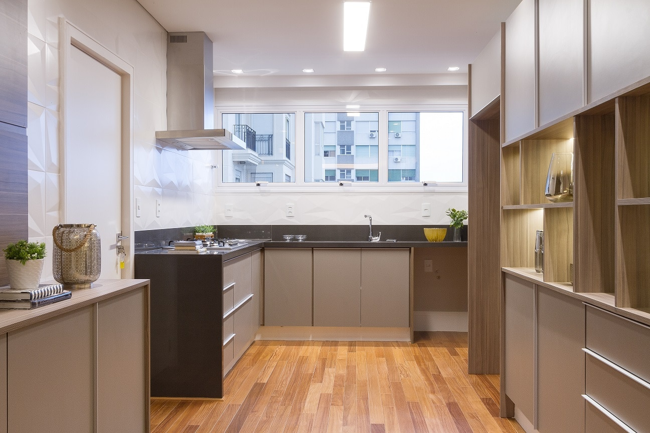 Antes & depois: veja como a reforma transformou radicalmente a cozinha desta apartamento