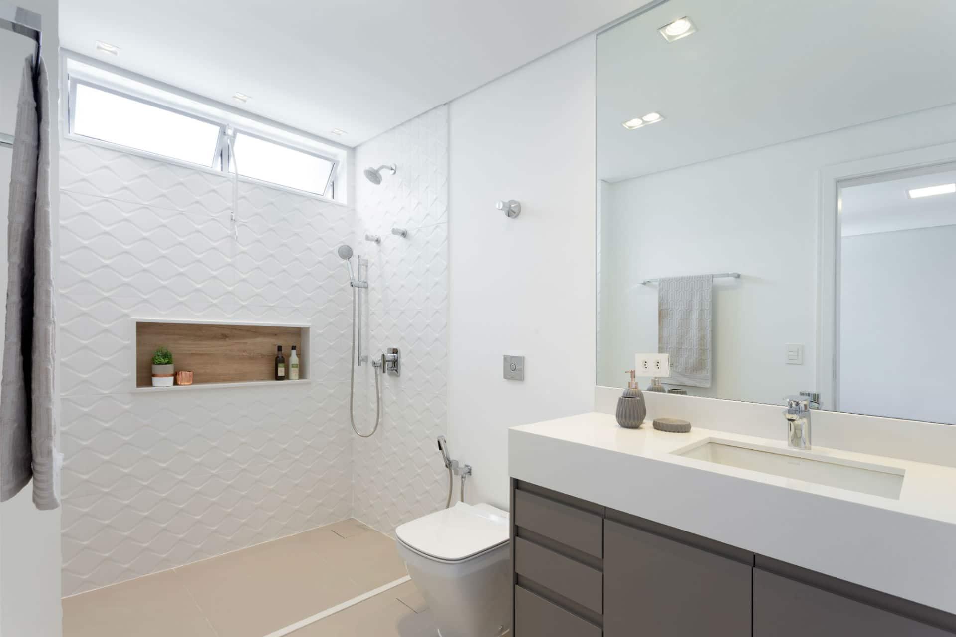 Antes & Depois: veja a transformação deste banheiro após reforma em apartamento nos Jardins (SP)