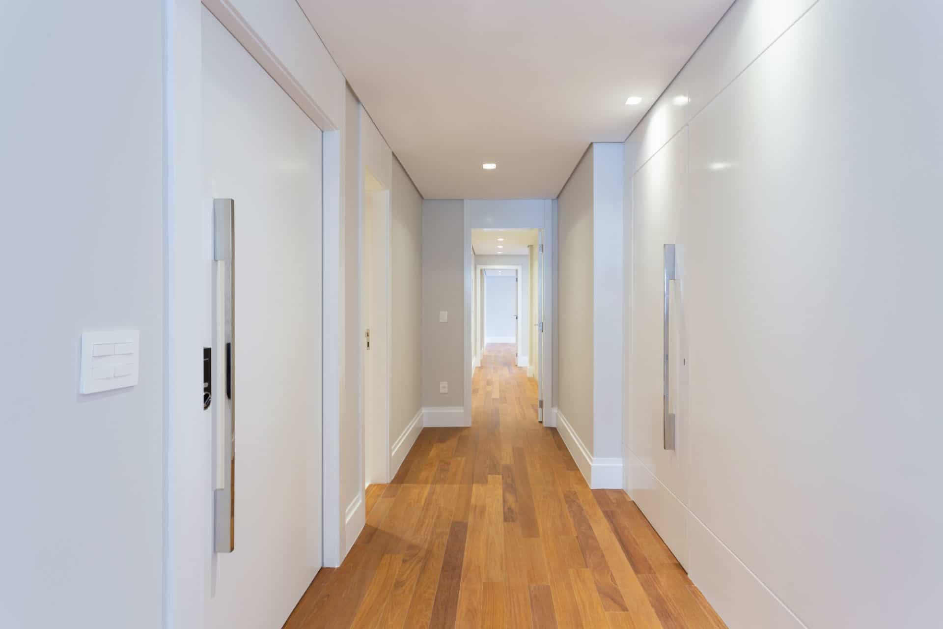 Antes & Depois: confira como a reforma transformou o corredor deste apartamento nos Jardins (SP)