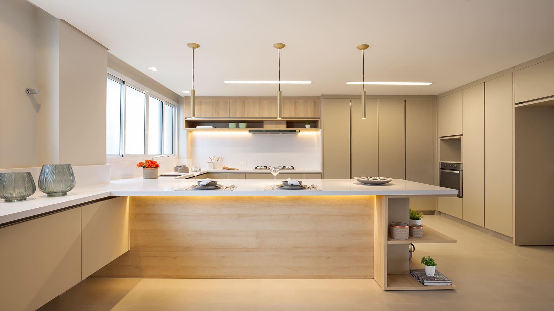 Dica: bancada no centro da cozinha delimita espaços e traz charme ao ambiente