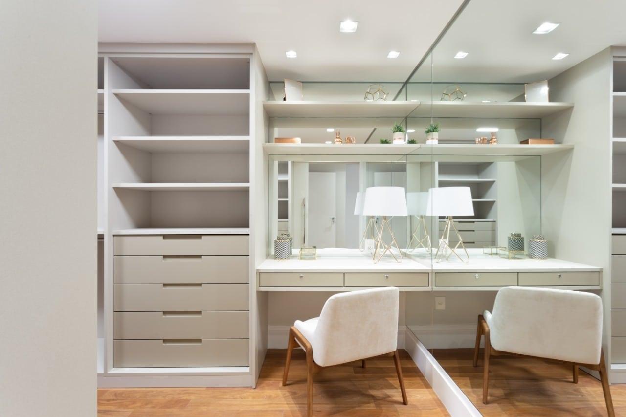 Closet com penteadeira: dicas para deixar o espaço mais charmoso e funcional