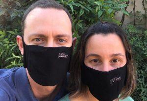 casal usando máscaras Casa Unique