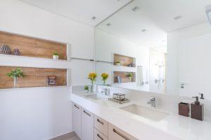 Inspiração para banheiro com nichos em madeira