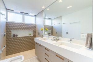 Inspiração para banheiro com revestimento 3D