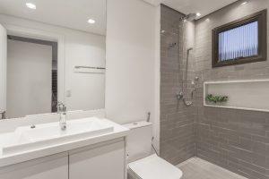 Inspirações para banheiro: tijolinhos no box