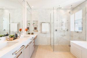 antes e depois: Banho master com penteadeira, duas cubas, chuveiro de teto e banheira jacuzzi
