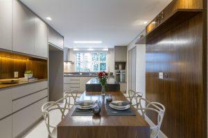 cozinha com revestimento de madeira