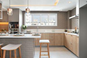 cozinha com tons de cinza e madeira