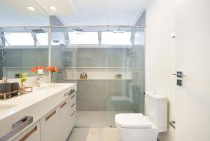 banheiro claro com revestimento do chuveiro acinzentado